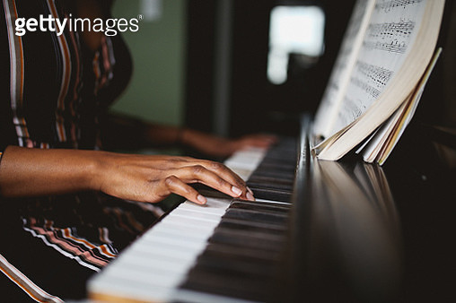 close up on the hands of a piano player - gettyimageskorea