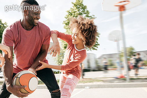 Dad playing basketball with daughter - gettyimageskorea