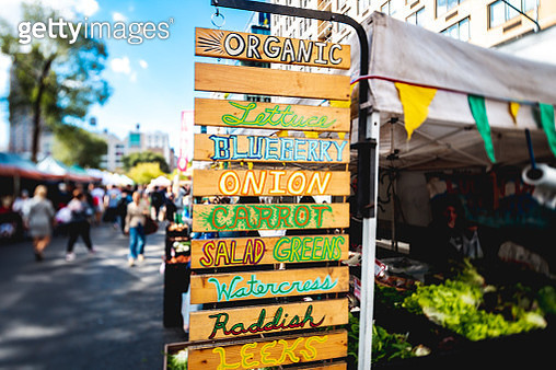 Self made signs for organic produce, greens, vegetables and fruits for sale at Union Square Greenmarket, New York City. - gettyimageskorea