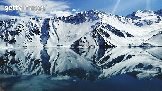 Reflection Of Snowcapped Mountains In Lake - gettyimageskorea