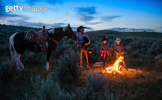 Cowboy campfire at twilight - gettyimageskorea
