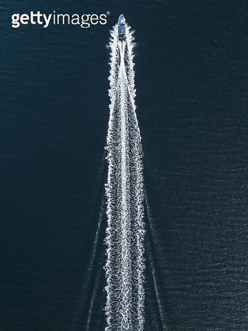 Aerial image of a speed boat moving quickly across the ocean, Hong Kong - gettyimageskorea