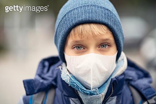 Little boy wearing pollution mask going to school - gettyimageskorea