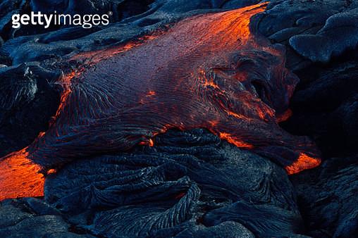 Flowing lava on Chain of Craters Road, Hawaii Volcanoes National Park, Big Island, Island of Hawaii, Hawaii, USA - gettyimageskorea