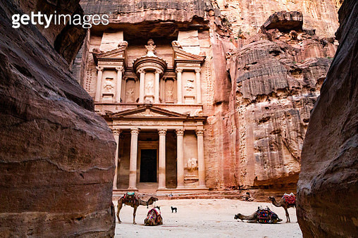 The Al-Khazneh tomb in the city of Petra with colorful camels. - gettyimageskorea
