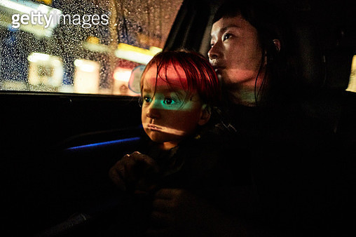 Mother And Son In Back Of Car. - gettyimageskorea