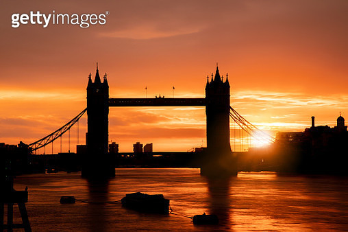 Tower Bridge & Thames river in London city at dawn - stock image - gettyimageskorea