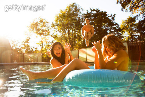 Three friends enjoying a day at the pool. - gettyimageskorea