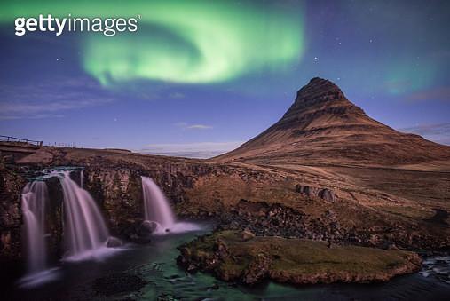 Kirkjufell mountain and the Aurora borealis in the wonderful night, Iceland. - gettyimageskorea