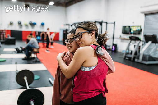 Mom and daughter training together weightlifting - gettyimageskorea