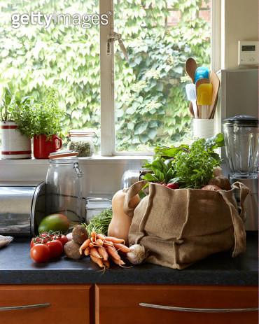 fresh vegetables in canvas bag on kitchen counter - gettyimageskorea