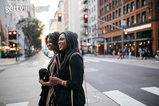 Two young female friends walking in downtown Los Angeles - gettyimageskorea
