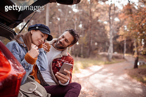 Couple using phone - gettyimageskorea