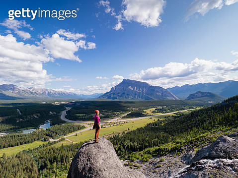 Lone rock climber taking in a Big Sky view of Albertas Bowe Valley - gettyimageskorea