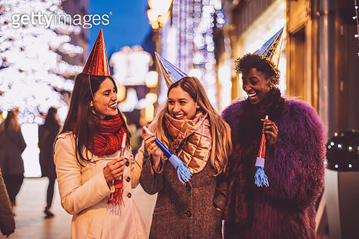Friends celebrating the New Year's Eve - gettyimageskorea