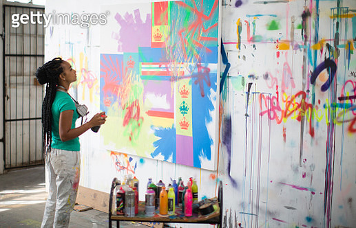 Young female artist working in her studio - gettyimageskorea