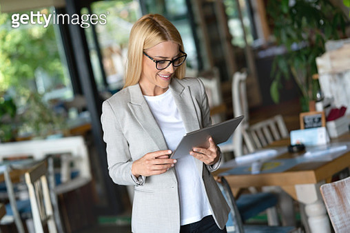 Business manager working at a restaurant using a tablet computer - gettyimageskorea