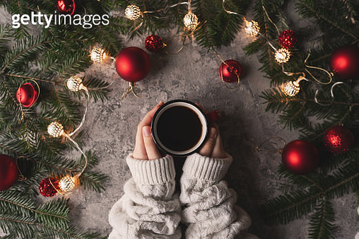 female hand holding cup of hot cocoa or chocolate with marshmallow on wooden table from above - gettyimageskorea