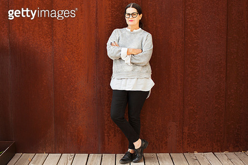 portrait of woman with crossed arms - gettyimageskorea