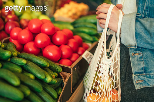 Close-up of ecologically friendly reusable bag with fruit and vegetables - gettyimageskorea