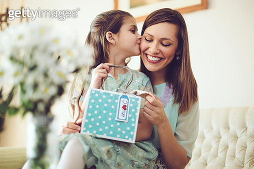 Happy mother posing with her daughter - gettyimageskorea