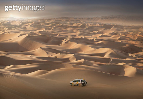In the dunes of the Empty Quarter Desert, on the border between Abu Dhabi and Saudi Arabia - gettyimageskorea