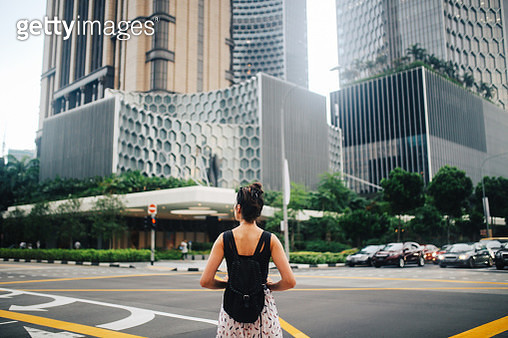 Young traveller woman exploring the amazing Singapore - gettyimageskorea