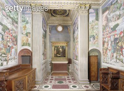 <b>Title</b> : Interior of the Chapel, designed by Michelozzo Michelozzi (1396-1472), with frescos by Benozzo Gozzoli (1420-97), c.1460 (photo)<br><b>Medium</b> : <br><b>Location</b> : Palazzo Medici-Riccardi, Florence, Italy<br> - gettyimageskorea