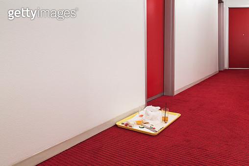 room service trays outside of hotel doorway - gettyimageskorea
