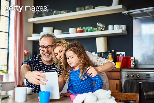 Young girl on face time with aunt and uncle, connections, wireless technology, sleepover, bonding, care - gettyimageskorea