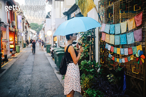 Traveller woman exploring the small alleys of Singapore - gettyimageskorea
