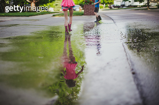 Kids Playing in a mud puddle - gettyimageskorea