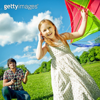 Father and daughter flying a kite - gettyimageskorea