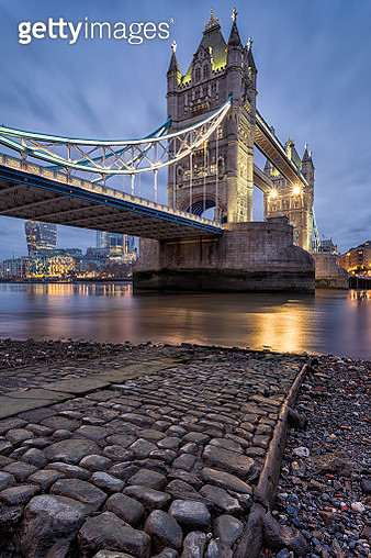 Tower Bridge, London, UK. January 6, 2019.  Image shows a low shot from the southern foreshore of the River Thames in London, looking upwards to the world famous Tower Bridge. In the immediate foreground we see one of the old stone landing piers that are  - gettyimageskorea