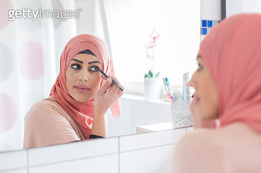 Woman putting on make-up - gettyimageskorea