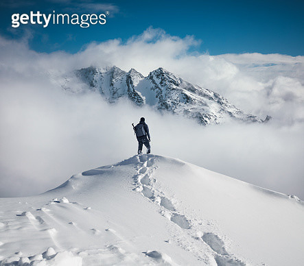 Mountain climbing in pure winter conditions. - gettyimageskorea