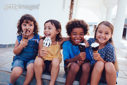 Group of cheerful multi-ethnic children eating ice-cream in summer - gettyimageskorea