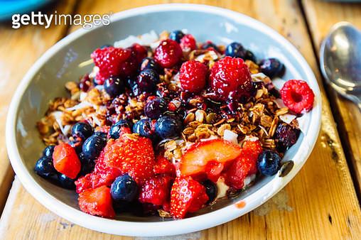 Greek yoghurt with fresh strawberry, blueberry, raspberry and granola - gettyimageskorea