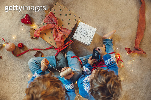 Kids wrapping christmas gifts - gettyimageskorea
