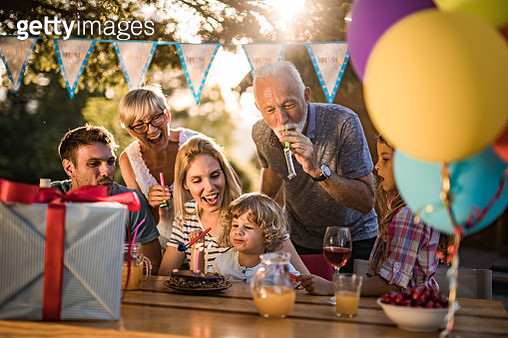 Happy multi-generation family celebrating boy's Birthday in the backyard. - gettyimageskorea