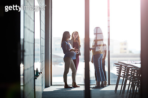 Pregnant woman explaining to co-workers - gettyimageskorea