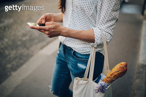 Young Parisian woman using the smartphone - gettyimageskorea