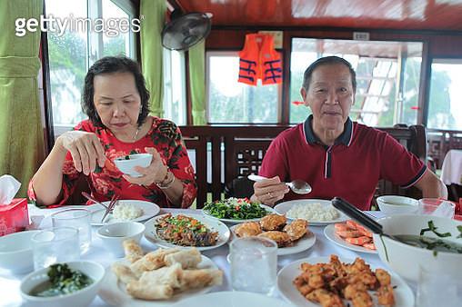 Senior couple having gourmet lunch in cruise boat. - gettyimageskorea