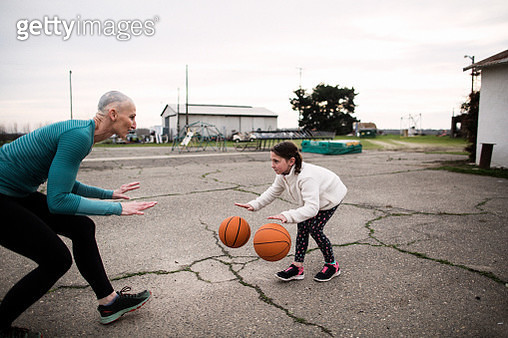 bald mother and basketball coach trains twin daughters - gettyimageskorea