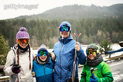 Father and kids getting ready for skiing. The family is having fun on a winter day. Nikon D850 - gettyimageskorea
