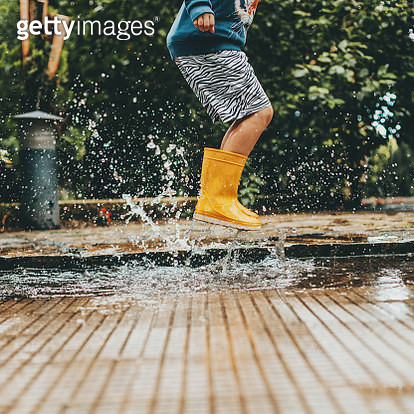 boy playing puddles - gettyimageskorea