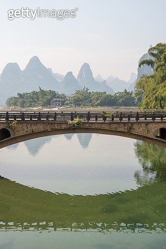 Bridge against Li River karst hills landscape with limestone mountains in Xingping, Yangshuo, Guilin, Guangxi province, China - gettyimageskorea