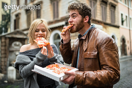 couple eating a pizza in italy - gettyimageskorea