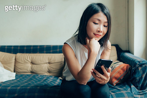 Young Woman Planning In Mind, Using Smartphone At Cafe - gettyimageskorea