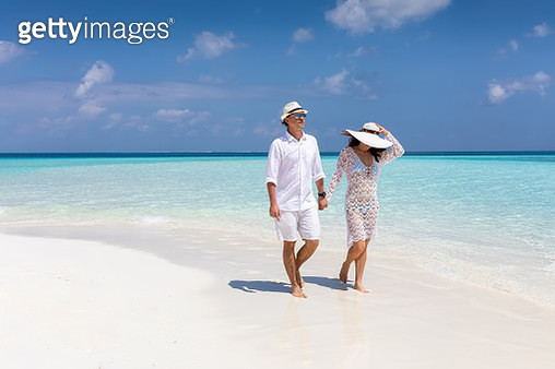 Full Length Of Couple Walking At Beach Against Sky - gettyimageskorea